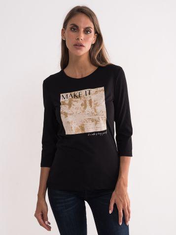 Crna majica sa zlatnim detaljima
