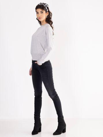 Jednostavan svijetlo sivi džemper